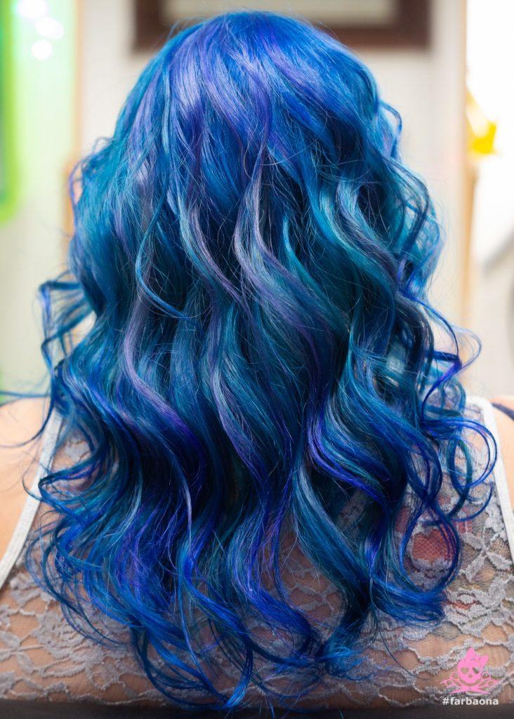 Tamno plava nijansa kose s ljubičastim pramenovima