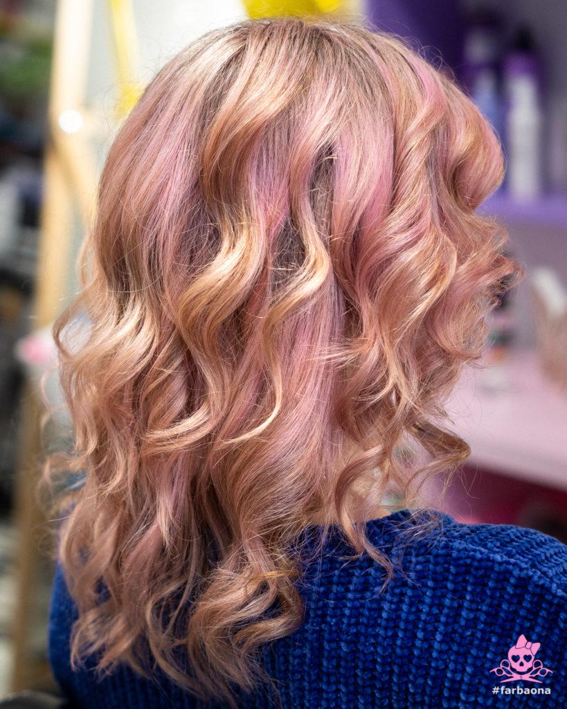 Farbaona - kovrčava obojana kosa